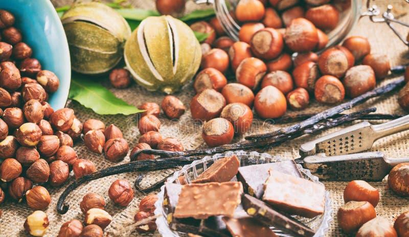 Avellanas y barras de chocolate foto de archivo