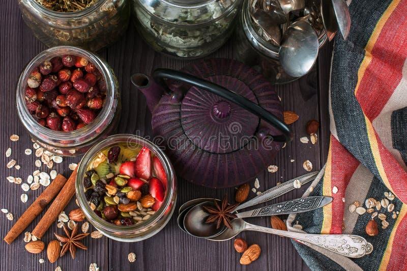 Avena de noche del desayuno sano con las frutas imagen de archivo