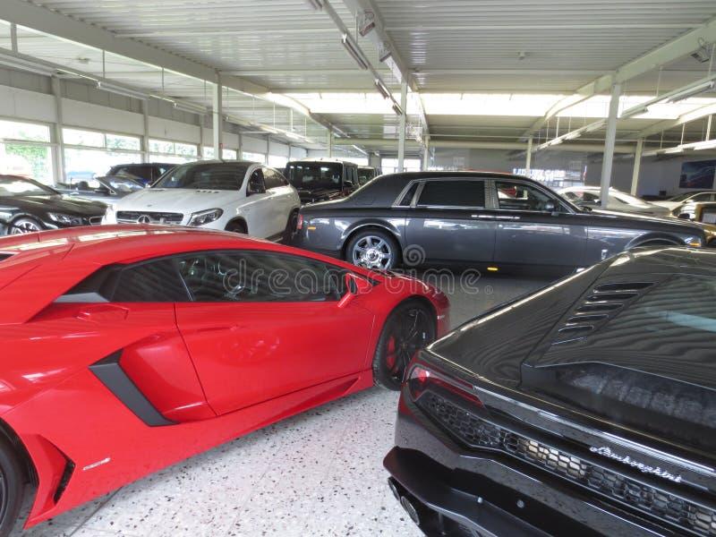 Avendator de Lamborghini Fantasma de rolls royce Concessionário automóvel luxuoso fotos de stock
