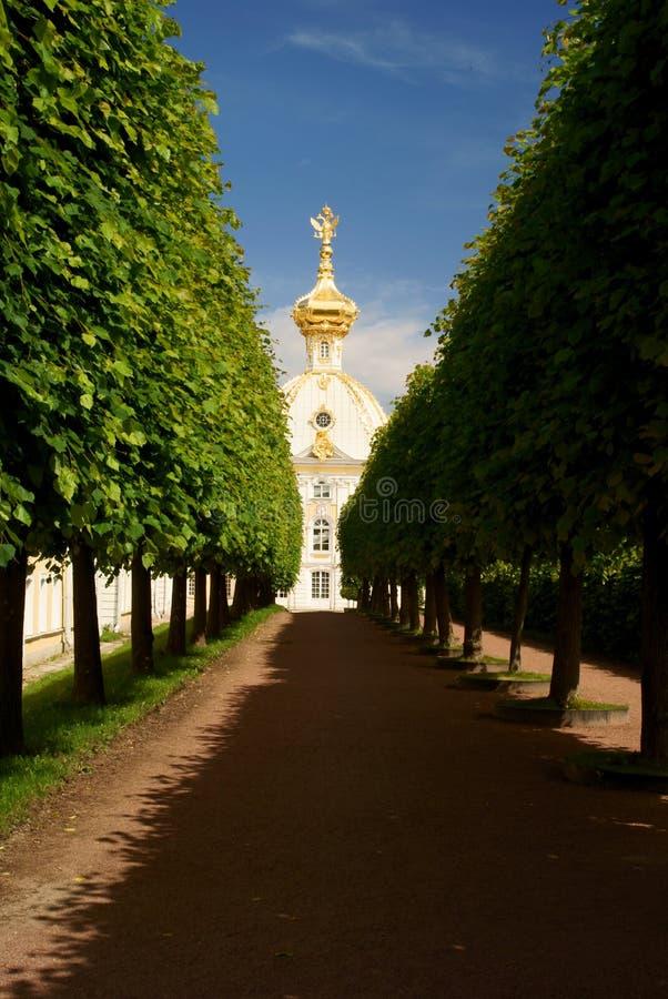 Avenida à igreja. fotografia de stock royalty free