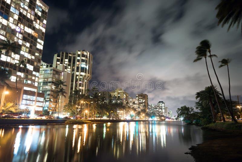 Avenida Alá de Kapahulu da arquitetura das palmas dos hotéis das construções de Waikiki imagens de stock royalty free