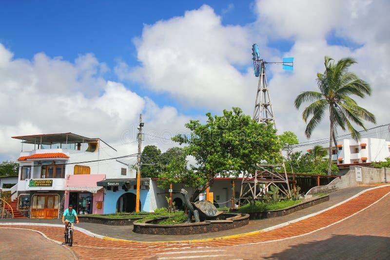 Avenida Charles Darwin em Puerto Ayora em Santa Cruz Island, galão foto de stock royalty free