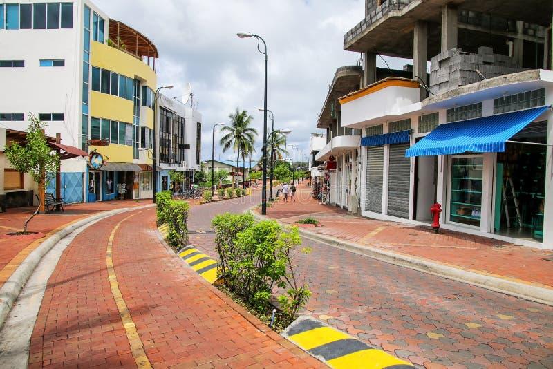 Avenida Charles Darwin i Puerto Ayora på Santa Cruz Island, gal. arkivfoton