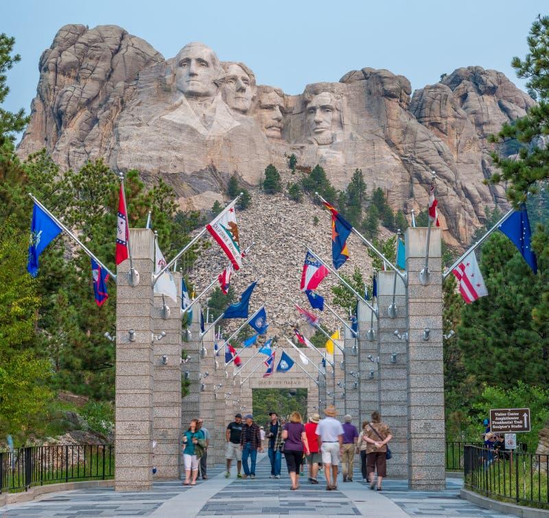 Avenida conmemorativa nacional del monte Rushmore de banderas fotografía de archivo