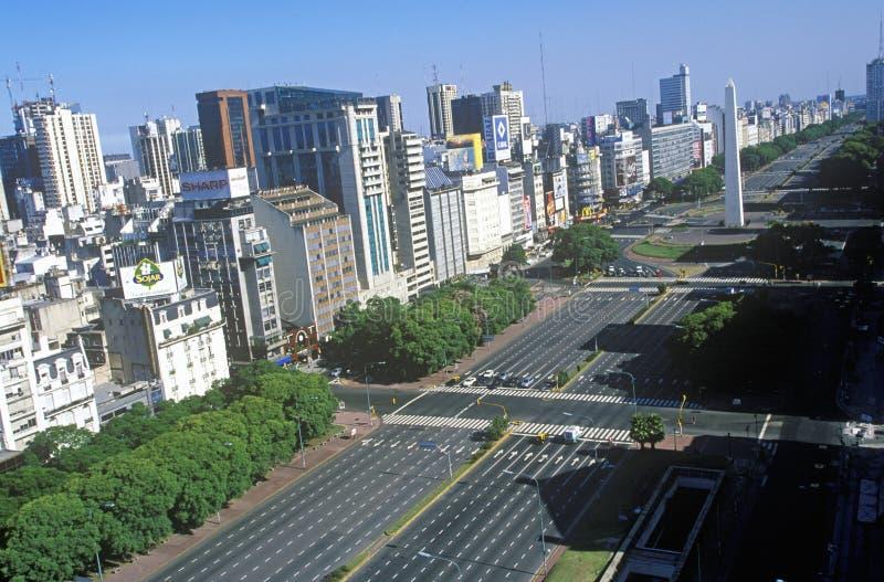 Avenida 9 de朱利奥、最宽的大道在世界上和El Obelisco,方尖碑,布宜诺斯艾利斯,阿根廷 免版税库存图片