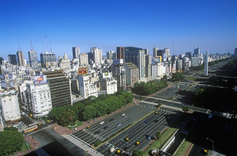 Avenida 9 de Джулио, самый широкий бульвар в мире, и El Obelisco, обелиск, Буэнос-Айрес, Аргентина стоковое изображение rf