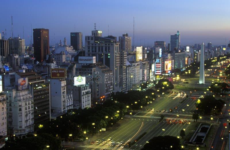 Avenida 9 de Джулио, самый широкий бульвар в мире, и El Obelisco, обелиск на сумраке, Буэнос-Айрес, Аргентина стоковое фото rf