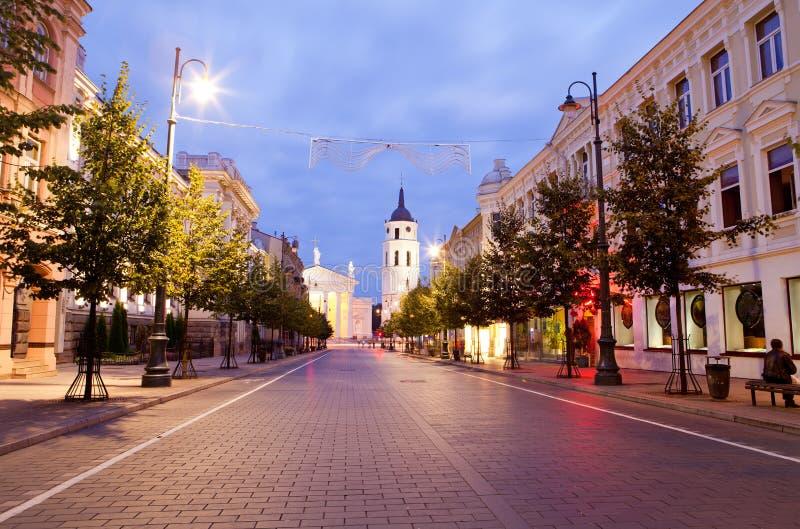 Avenida de Gediminas na noite em Vilnius imagem de stock royalty free