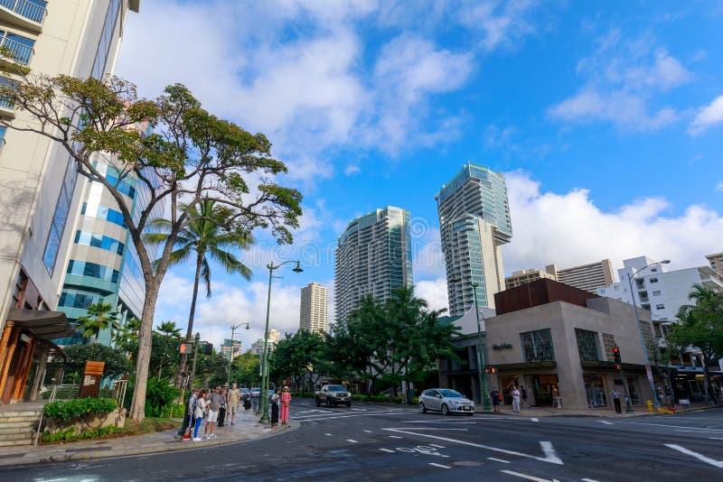Avenida de Kalakaua alinhada com as árvores de coco da palma em Honolulu foto de stock