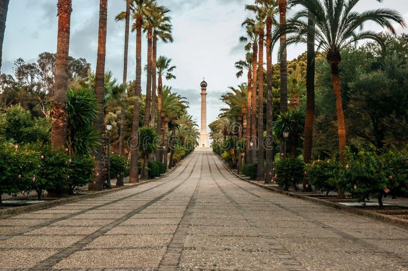 Avenida de los descubrimientos, con el monumento a los descubridores de América, en el La Rabida, ciudad de Palos de la Frontera, imagen de archivo libre de regalías