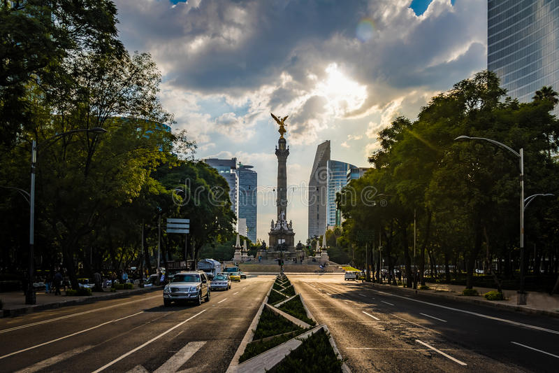 Avenida de Paseo de La Reforma y ángel del monumento de la independencia - Ciudad de México, México fotos de archivo