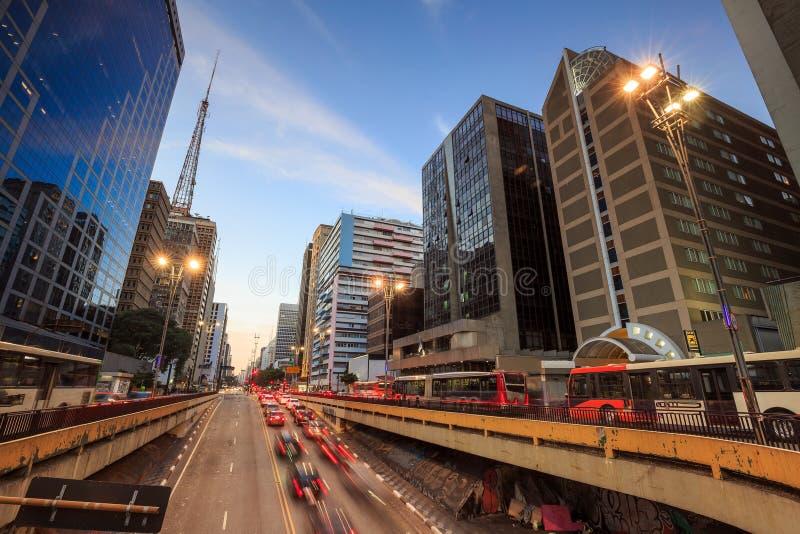 Avenida de Paulista no crepúsculo em Sao Paulo fotografia de stock royalty free