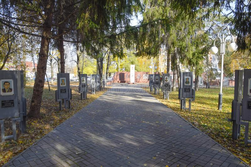 Avenida dos heróis no parque Slavyansk da cidade em Kuban Memória do foto de stock