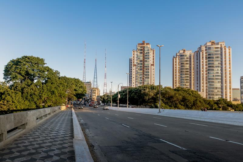 Avenida Doutor Arnaldo in Sumare-Nachbarschaft - Sao Paulo, Brasilien lizenzfreie stockfotografie