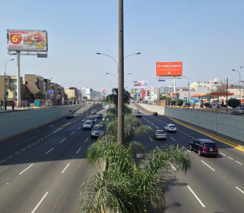Avenida en una ciudad foto de archivo