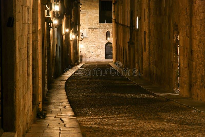 Avenida medieval dos cavaleiros na noite, o Rodes imagens de stock royalty free