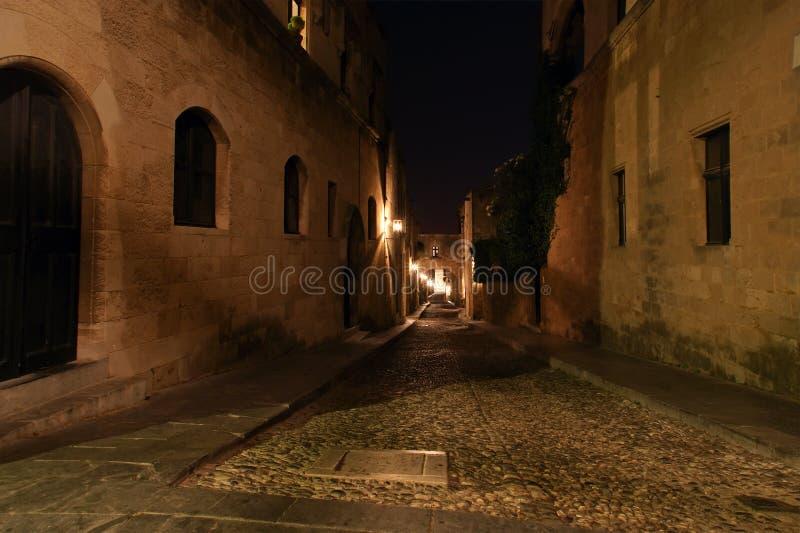 Avenida medieval dos cavaleiros na noite, o Rodes foto de stock royalty free