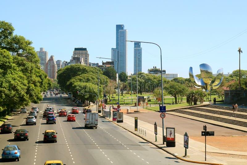 Avenida Presidente Figueroa Alcorta, la avenida principal a lo largo del Northside de Buenos Aires, el capital de la Argentina fotos de archivo