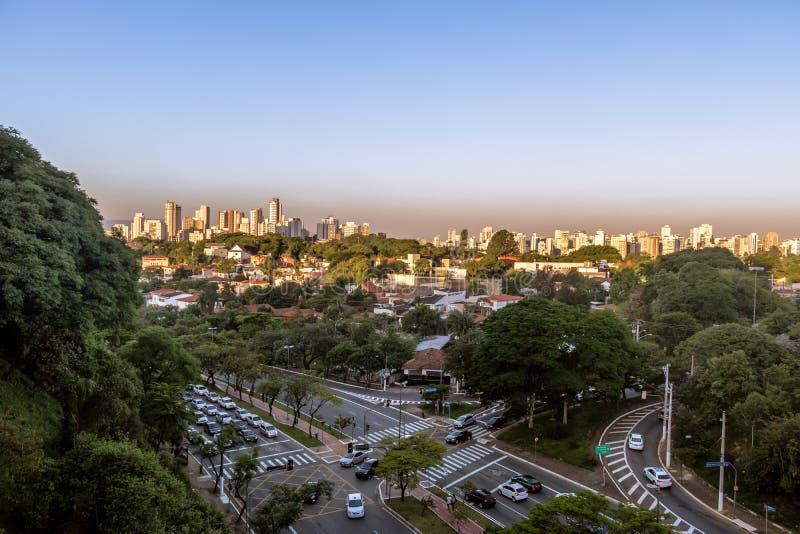 Avenida Sumare和鸟瞰图Sumare和Perdizes邻里-圣保罗,巴西 免版税库存照片