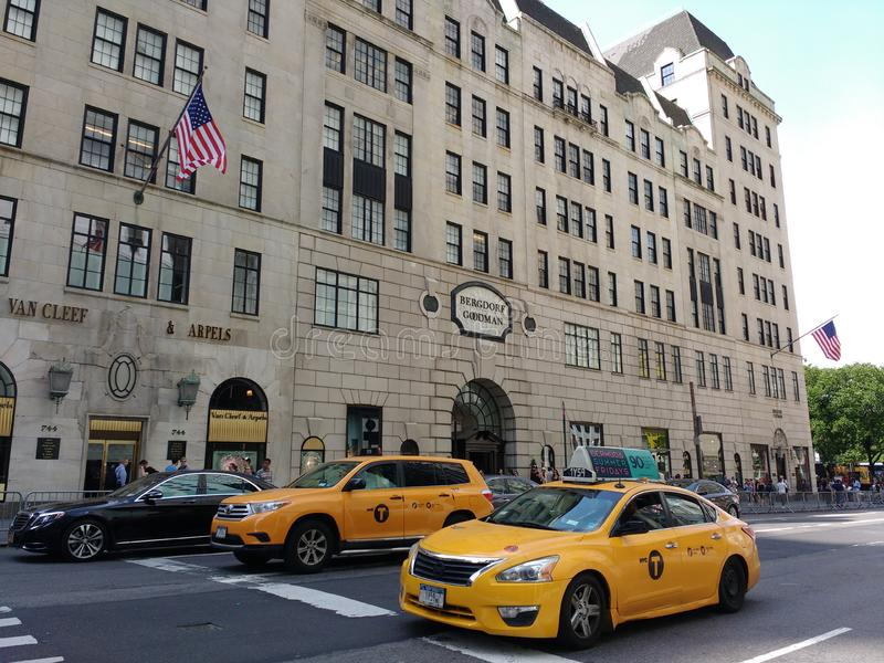 5a avenida, táxis perto de Bergdorf Goodman, NYC, NY, EUA fotografia de stock royalty free
