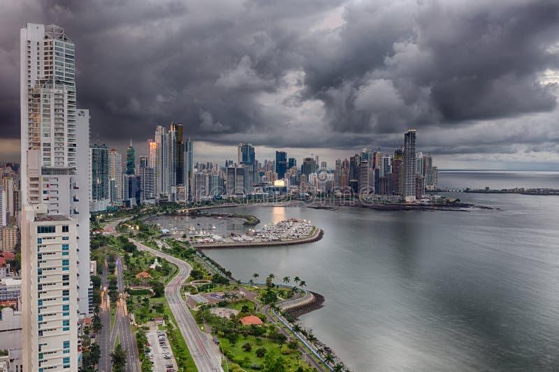 Avenidabalboa in Panama met donkere hemel royalty-vrije stock afbeelding