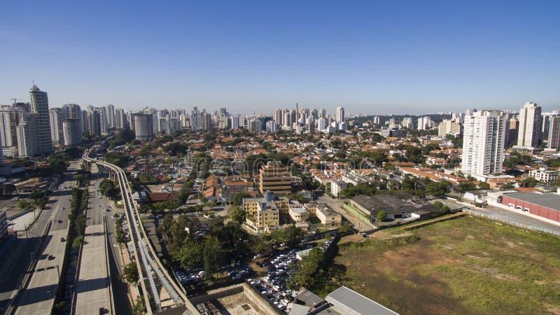 Avenidas grandes, periodista Roberto Marinho, sao Paulo Brazil de la avenida fotografía de archivo