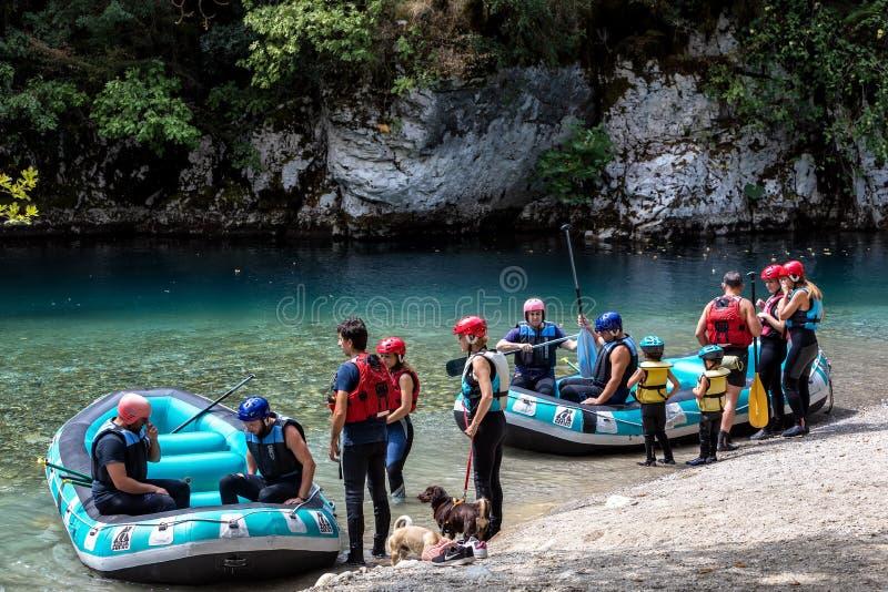 Aventúrese al equipo que hace transportar en balsa del río de Voidomatis en Zagori imagen de archivo