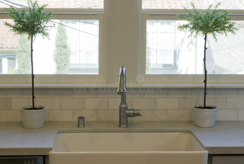 Avental branco Front Kitchen Sink fotografia de stock royalty free