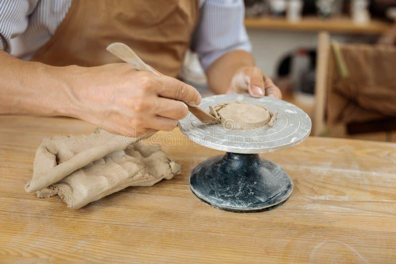 Avental vestindo de Handicraftsman que forma os artigos futuros da argila fotografia de stock royalty free