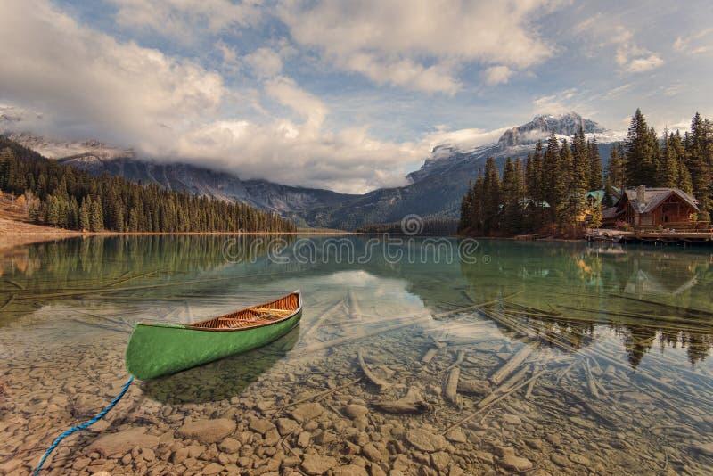 Aventura da canoa em Emerald Lake imagens de stock royalty free