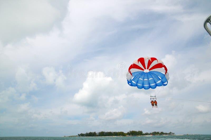 Aventura de la diversión de la para-navegación en Bahamas fotografía de archivo