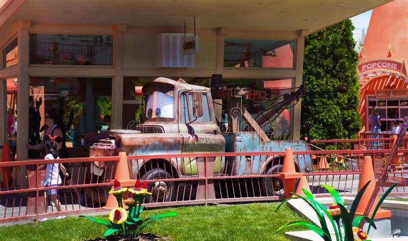 Aventura de Tow Mater Radiator Springs Disney California imagenes de archivo