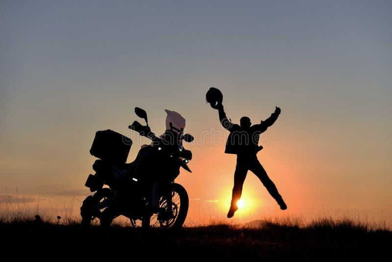 Aventura del motorista, rastros largos, salida del sol y tiempos de la puesta del sol foto de archivo libre de regalías