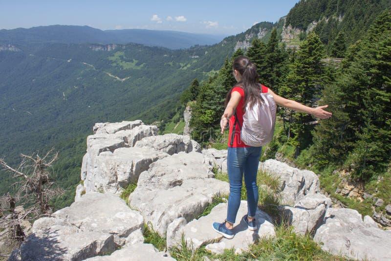 Aventura do curso e atividade da caminhada no estilo de vida das montanhas, o ativo e o saudável na excursão de férias e de fim d fotos de stock royalty free