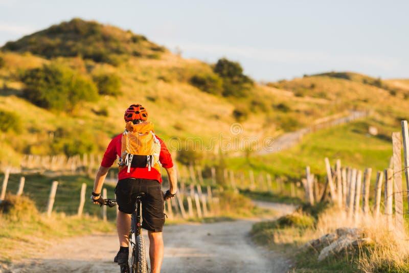 Aventura do enduro da equitação da bicicleta em montanhas do por do sol imagens de stock