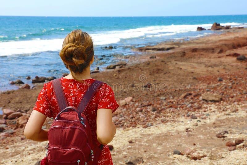 Aventura do feriado do curso em Tenerife Jovem mulher bonita da vista traseira que respira e que aprecia o espaço da cópia da cos imagens de stock