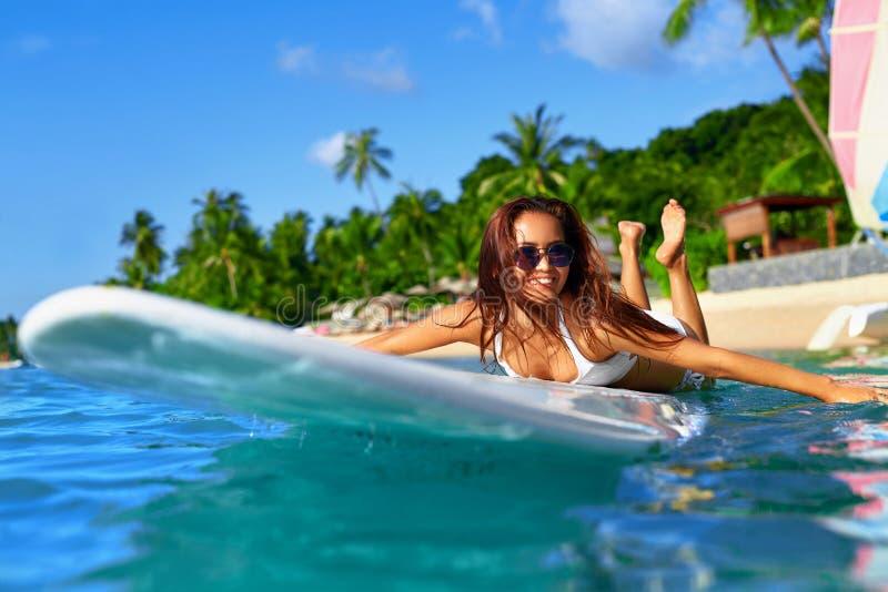 Aventura do verão Esportes de água Mulher que surfa no mar Curso VAC fotografia de stock royalty free