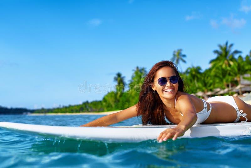 Aventura do verão Esportes de água Mulher que surfa no mar Curso VAC fotos de stock royalty free