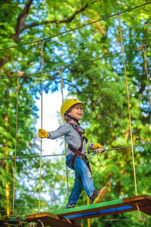 Aventura e curso do menino das crian?as As cordas altas andam playground Caminhada e conceito das crian?as Crian?a do montanhista imagens de stock royalty free