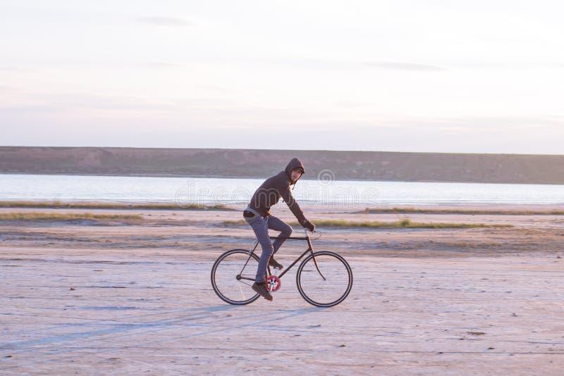 Aventura en la bicicleta fija del engranaje en desrt fotografía de archivo