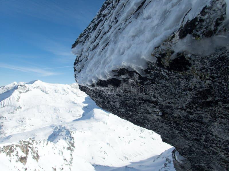 Aventura skitouring do inverno em montanhas do granastpitzgruppe em cumes austríacos imagens de stock
