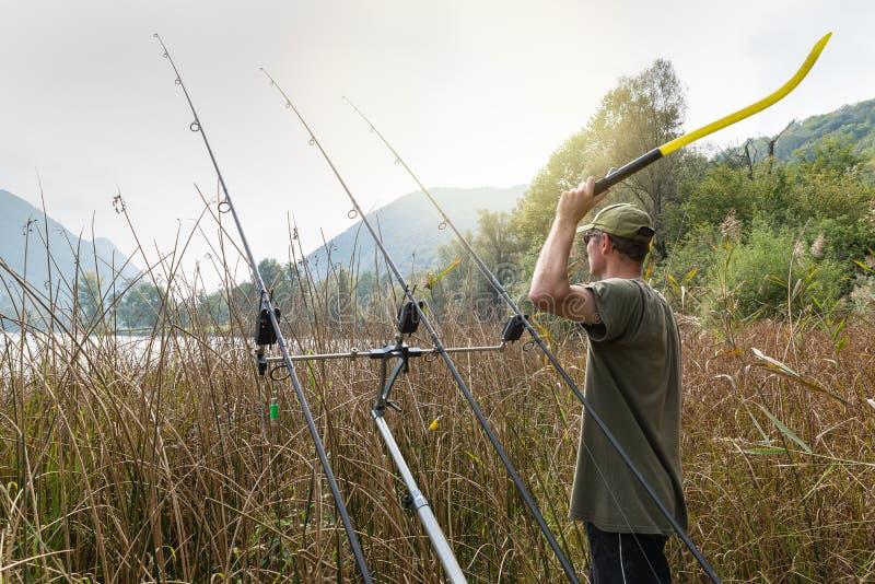 Aventuras de la pesca Pescador con un palillo que lanza para los boilies fotos de archivo libres de regalías
