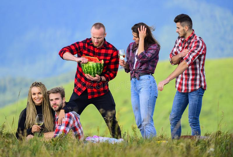 Aventuras de verano Celebrar las fiestas Fiesta al aire libre Amigos del grupo en el picnic de verano Los amigos disfrutan sus va foto de archivo libre de regalías