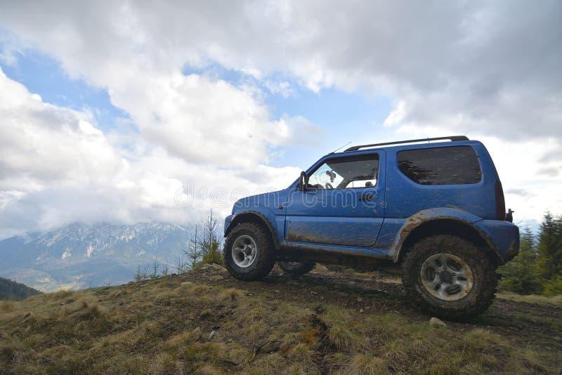 Aventuras del aire libre del jeep en montañas y bosque fotos de archivo