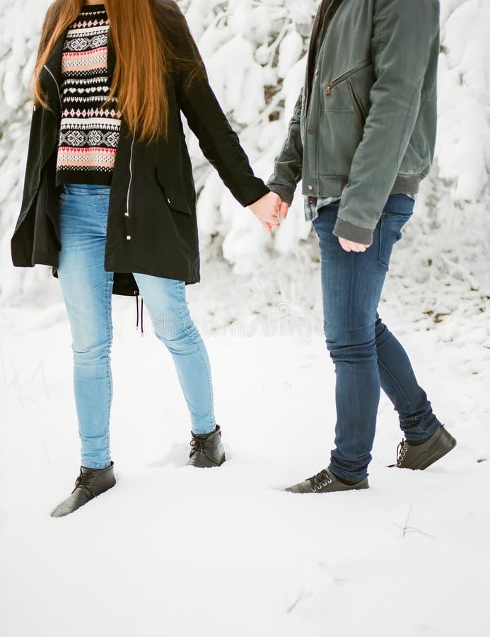 Aventuras del invierno de los pares de la mujer y de los hombres Historia de amor del invierno fotografía de archivo