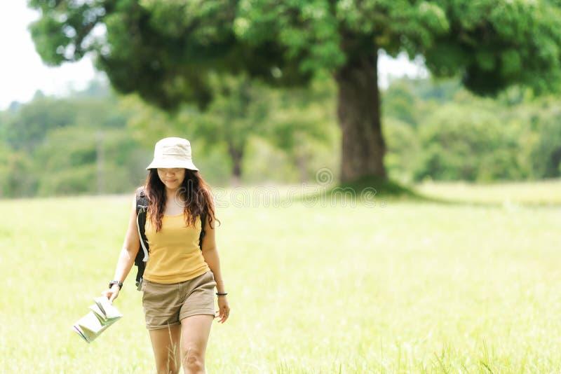 Aventure asiatique de voyage de randonneur dans la forêt de jungle photographie stock libre de droits