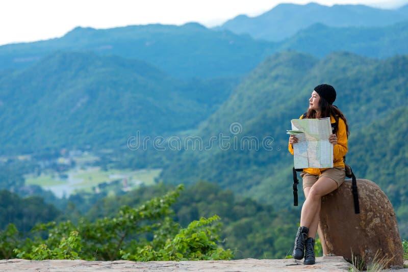 Aventure asiatique de voyage de randonneur en forêt et montagne de jungle photo stock