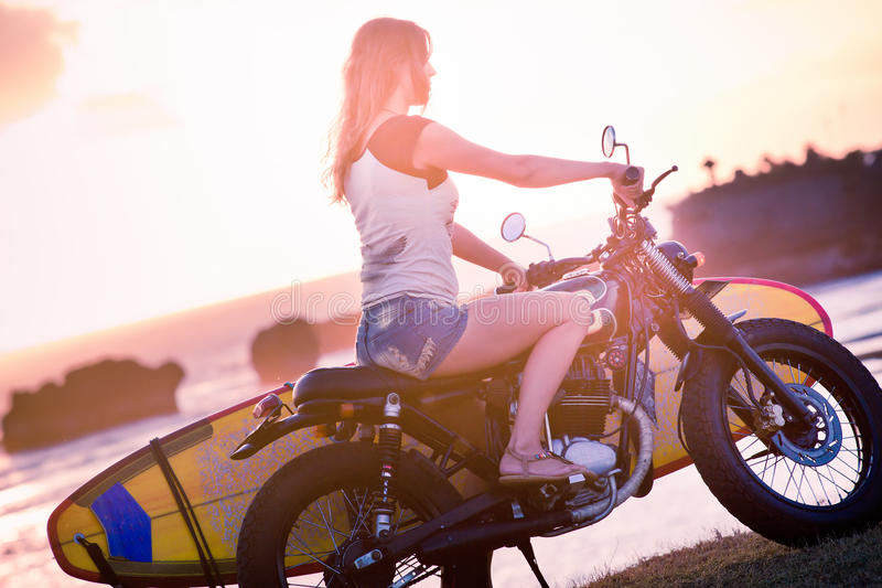 Aventure de femme sur la moto image stock
