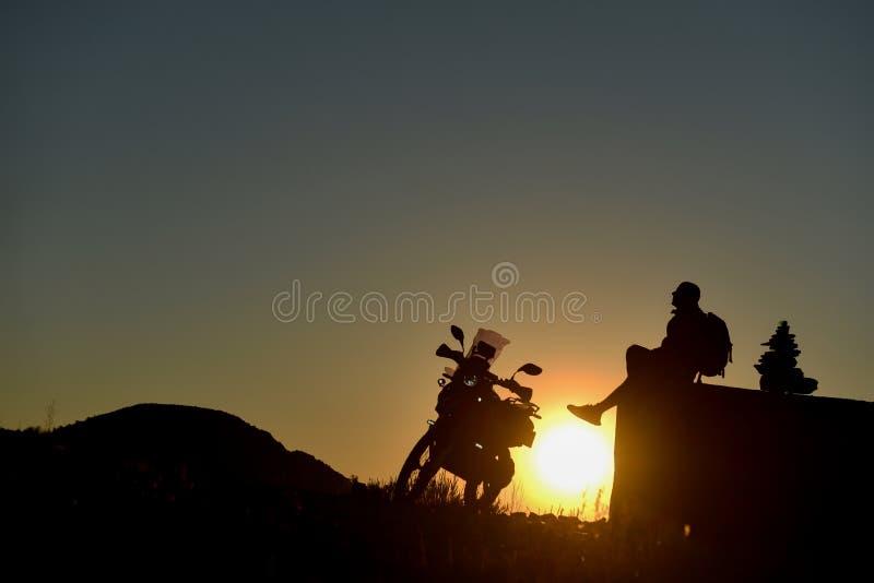 Aventure de motocycliste, nouveaux endroits à les explorer et rondin d'excursion images stock