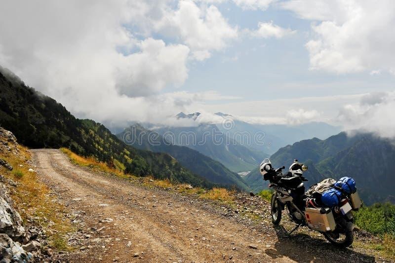 Aventure-se a motocicleta em uma estrada de terra em Albânia do norte foto de stock royalty free